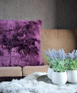 kussen-lamsvacht-schapenvacht-purple-paars-woonkussen- achterzijde- van stevige katoen,