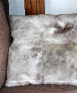 kussen-lamsvacht-schapenvacht-taupe-grijs-woonkussen- achterzijde- van stevige katoen, met-rits-
