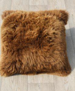 kussen-schapenvacht-eco-bruin-50cm