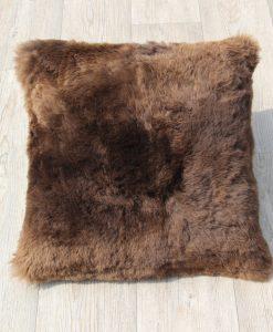 kussen-schapenvacht-eco-donkerbruin-50cm