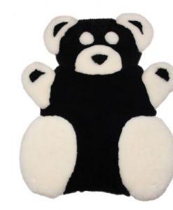 Wat is er mooier op een baby en of kinderkamer dan een zachte schapenvacht in de vorm van een schattig beertje?Of als kraam cadeau?Deze mooie beer bestaat uit echt schapenvacht,naturel wit en zwart geverfd. Afmeting op de wolzijde gemeten; 90cm - 70cm.