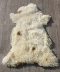 schapenvacht-lamsvacht-d118 -roomwit-taupe-vlekjes-dikke-wol