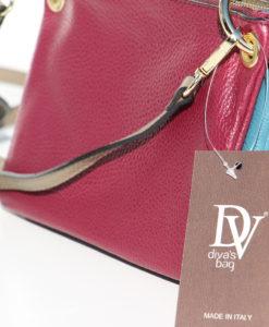 hoofdtasje in de kleur taupe. Afneembaar en apart te gebruiken.