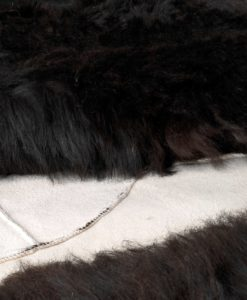 schapenvacht-kleed-tapijt-zwart-bruin--©-foto.