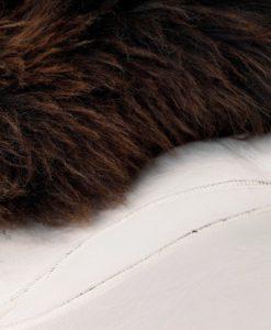 schapenvacht-tapijt-bruin-kleed-stiknaden-