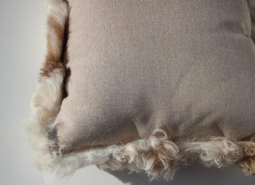kussen-schapenvacht-nr1-achterzijde-detail-
