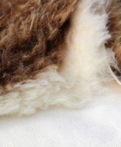 detail foto schapenvacht bruin-wit