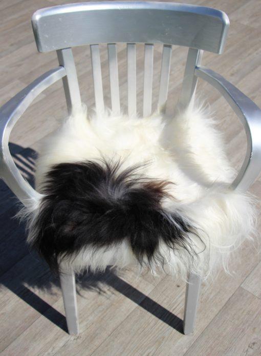 schapenvacht-stoelkussen-wit-zwart-langharig-