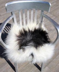 schapenvacht-stoelkussen-wit-zwart-langharig