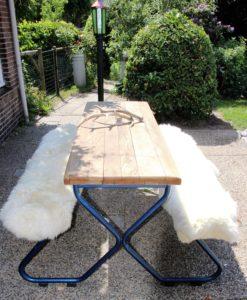 4 schapenvacht op tuinbank