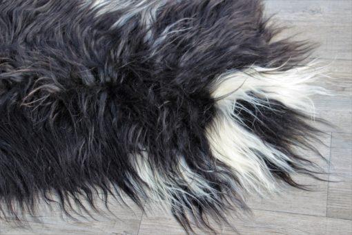 detail-bijzonder mooie IJslandse schapenvacht met lange,zijdezachte wol.